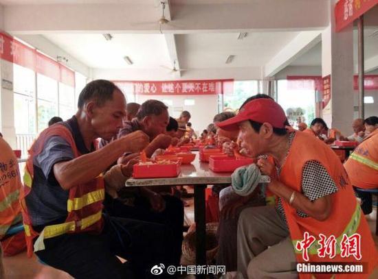 睢宁县城管局请环卫工吃免费午餐。微博@中国新闻网 图