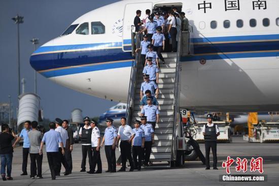 8月5日,在长春龙嘉国际机场,77名电信诈骗犯罪嫌疑人从斐济押解回国。 张瑶 摄