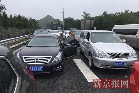 大量车辆堵在京藏高速八达岭长城出口。