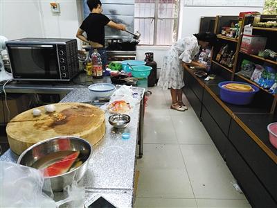 """学生在""""共享厨房""""做饭。"""
