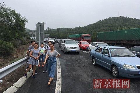 大量从外地赶来的游客只能望长城兴叹。