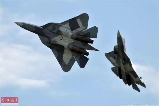 ▲资料图片:T-50隐身战机在航展上进行双机特技表演。
