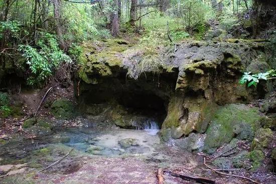 水顺着溶岩缝隙流入或流出