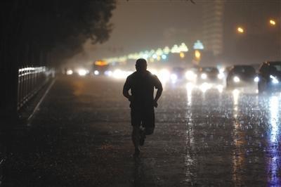 8月11日傍晚,一場急雨降臨,一位市民在雨中奔跑。圖/視覺中國