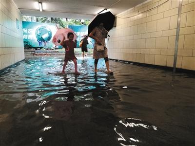 昨日11時許,南三環方莊環島附近,地下通道裏媽媽帶着小朋友蹚水前行