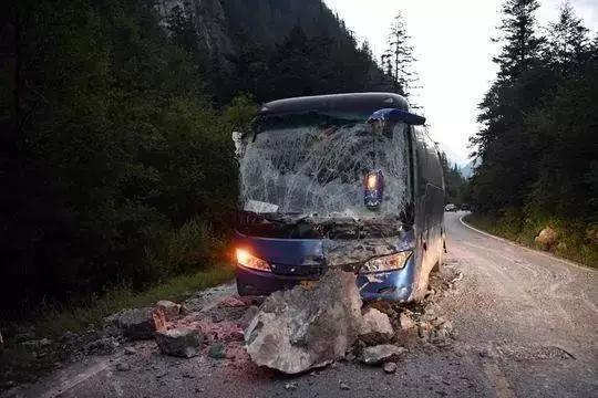 一块飞石砸进了大巴车的后车窗,