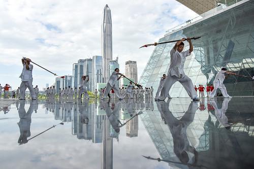 凭借着超强的科技创新和研发能力,深圳一次次走在经济发展的前列,在15 个副省级城市中,深圳上半年GDP 总量第二,增速第一。( 视觉中国)