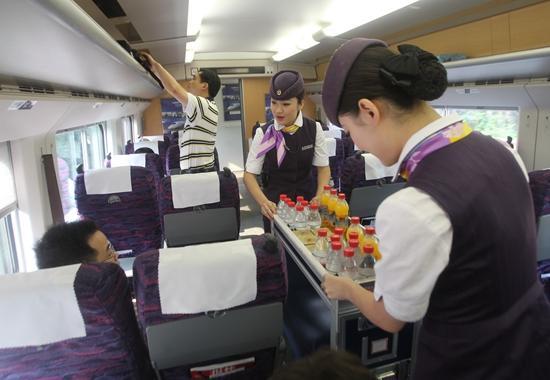 """外卖让高铁盒饭和列车上的""""小推车""""感应了外来竞争的压力。摄影/任玉明(资料图)"""