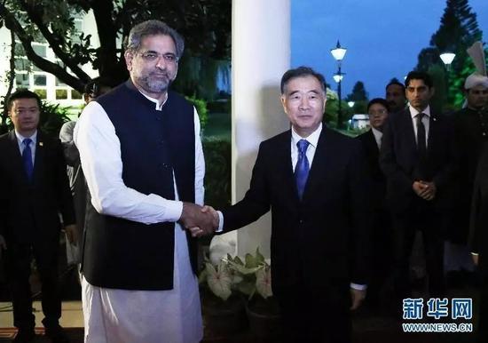 ▲8月13日,巴基斯坦总理阿巴西(前左)在伊斯兰堡会晤前来列席巴基斯坦自力70周年龄念运动之国务院副总理汪洋(前右)。