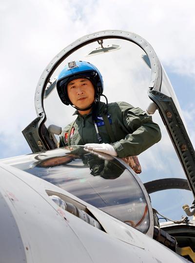 袁伟登上战机,预备腾飞。邓露 摄