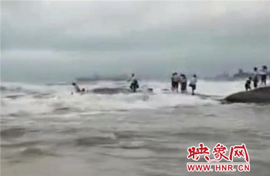 两名女游客不听劝阻登礁石拍照 不幸遇难