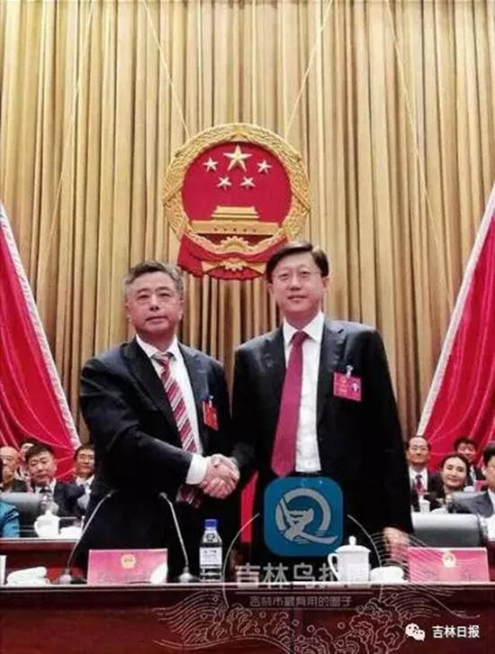 吉林市委书记张焕秋(左)与新中选之市长刘非握手。 本文图均为 微信民众号:吉林日报 图