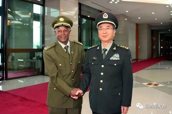 8月18日下战书,中央军委委员、军委团结顾问部顾问长房峰辉在八一大楼会见埃塞俄比亚国防军总顾问长萨莫拉。