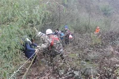 消防采用绳索牵引的方式护送游客下山 图片来源:成都商报