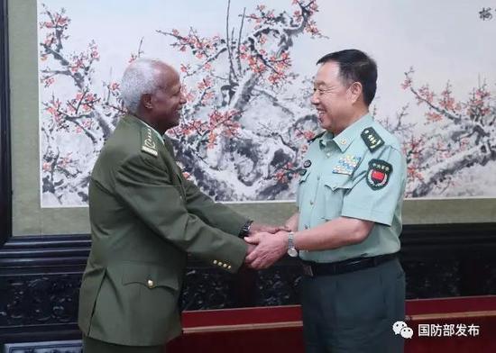 8月18日下战书,地方军委副主席范长龙在八一大楼会晤了来访之埃塞俄比亚国防军总顾问长萨莫拉·尤内斯。