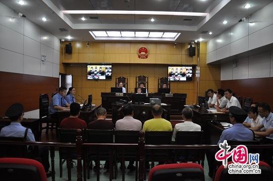 五名被告在法庭上受审
