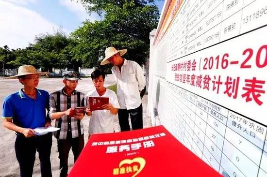 琼中县纪检监察干部向贫穷户解说扶贫政策,网络成绩线索