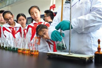 在小学低年级段开设迷信课程有助于引发先生之迷信兴味,为初高年级课程之深化学习打根底。新京报记者 吴江 摄