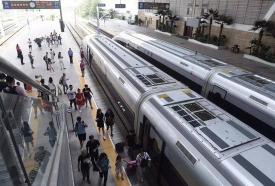 """▲8月21日,搭客在天津站筹备乘坐""""振兴号""""。"""