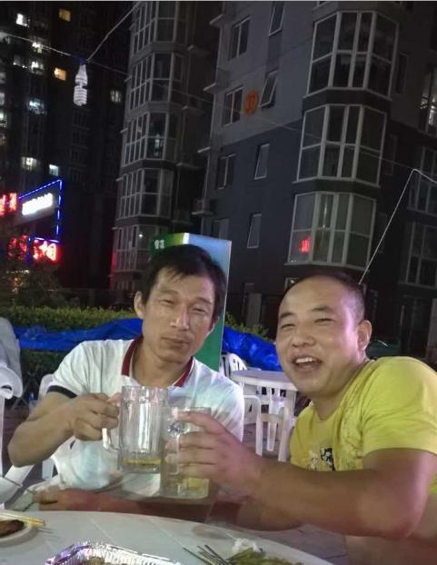常胜(左)跟朋侪在一起(图片由本人提供)