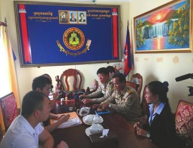 中柬双方警务职员商讨案情。