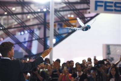 8月23日,市平易近在围不雅机器蜻蜓飞翔扮演。