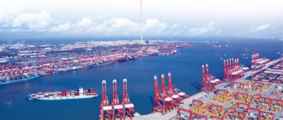 青岛港前湾港区鸟瞰。5年来,青岛港年吞吐量从4亿吨跨越到5亿吨。人民视觉