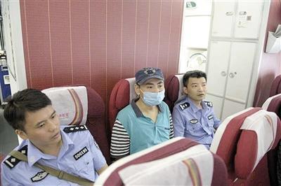 渝中区检察院办案人员将罗刚押解回渝