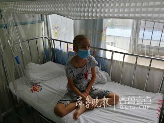 李晓晓的弟弟李宗何在病床上。
