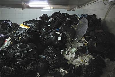 8月24日,建外SOHO东区B座地下二层的垃圾临时中转站,大量的外卖餐盒垃圾充斥其中