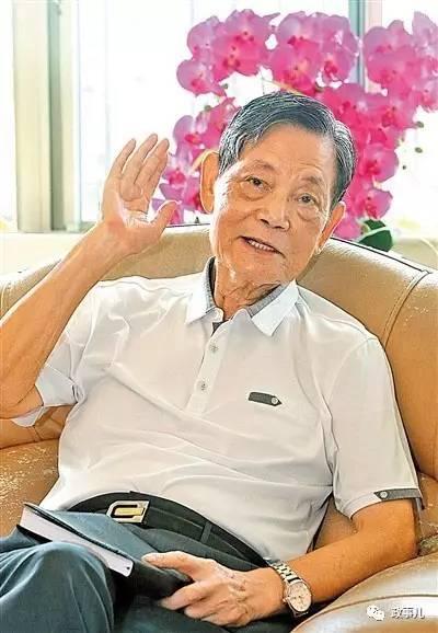 1950年,14岁的李广镇从广州到香港投奔亲戚,几个月后就回到深圳的前身——宝安县,在一家私营企业工作。