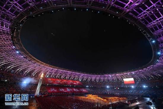 8月27日,主火炬被点燃。当日,中华人民共和国第十三届运动会开幕式在天津举行。新华社记者许畅摄
