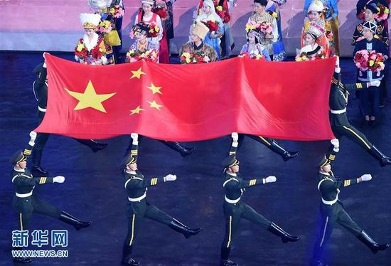 8月27日,旗手护送中华人民共和国国旗入场。当日,中华人民共和国第十三届运动会开幕式在天津举行。新华社记者杨宗友摄