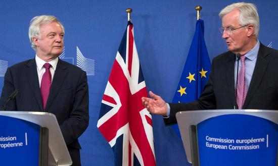 """欧盟首席谈判代表米歇尔巴尼耶与英国""""脱欧""""事务大臣戴维·戴维斯"""