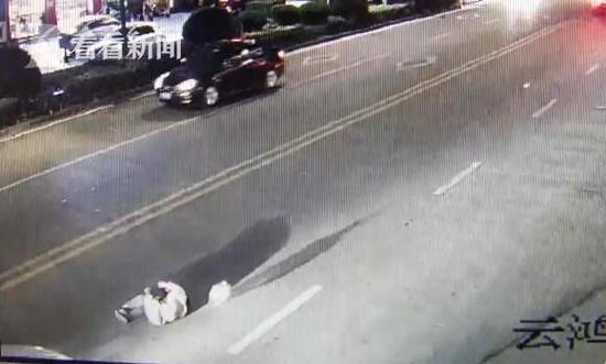 轿车斑马线前不减速 男子过马路瞬间被撞飞
