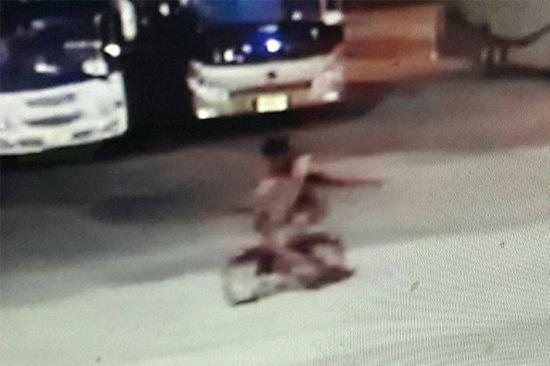 监控捕获到的打击者画面。图片起源:泰国《曼谷邮报》