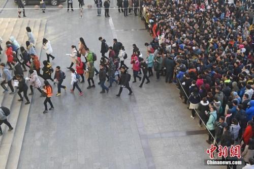 资料图:2016年11月27日,山西太原一处国家公务员考试考点,考生排队准备进入考场。武俊杰摄