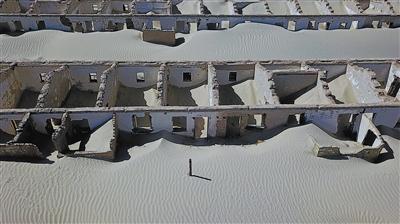 8月11日,冷湖行政委员会五号基地,废弃的原石油基地生活区被风沙侵蚀。