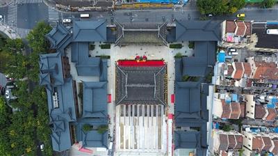 昨日,上海玉佛禅寺消除安全隐患保护性修缮工程大雄宝殿平移启动。图为玉佛禅寺航拍情况,中间为大雄宝殿,底下铺设了10条滑移轨道。本版图片/新京报记者 朱自洁 摄