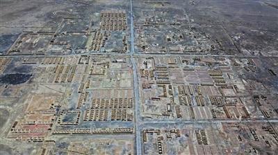 8月11日,冷湖行政委员会老基地。曾经是一个数万人的石油小镇,废弃后被纳入工业旅游规划区,目前需要解决的是炼油留下的环境污染。
