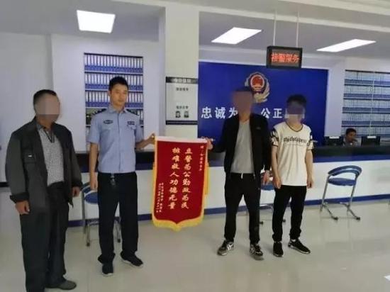 小张送锦旗感谢警方。