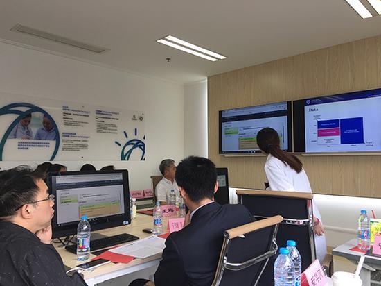 """在9月2日的""""人机对话""""环节中,一名63岁的上海男性成了""""沃森医生""""正式上岗后的第一个病人。"""