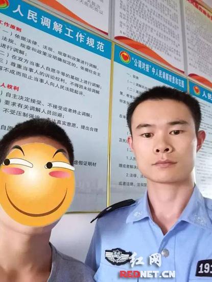 李某(左)来到派出所求助民警。