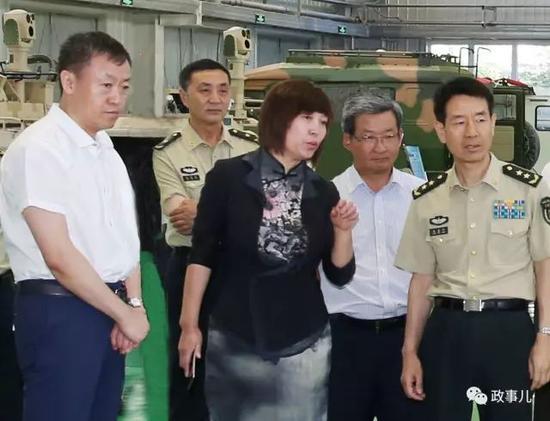 张明国(左二)