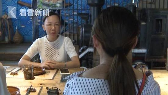 后来记者跟着王女士一起来到了这家餐厅,餐厅的老板林女士在了解完情况后,立即向王女士道了歉。