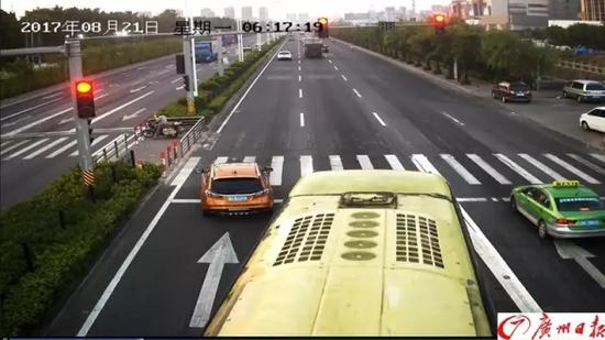 女司机一脚油门闯红灯 交警看完监控却为她点赞