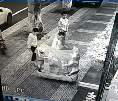熊孩子光天化日组团偷钱 只用2分钟便撬开钱箱