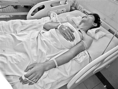 受伤住院的快递员。图片:北京青年报