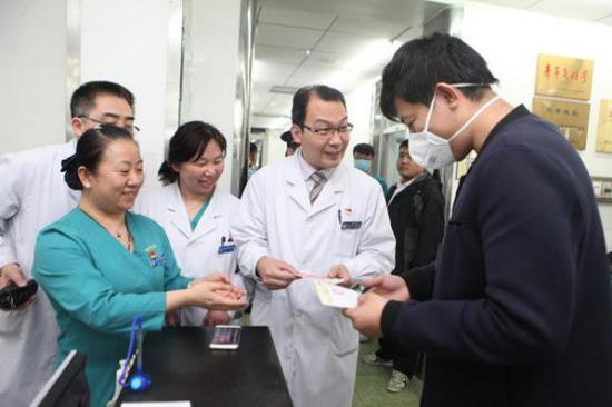 2017年4月8日0时11分,北京宣武医院急诊接诊一名患者,产生了宣武医院的第一张医事服务费收费单据。新华社发(胡诚摄)