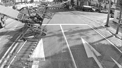 图为事故现场图片截自公交车车载监控视频